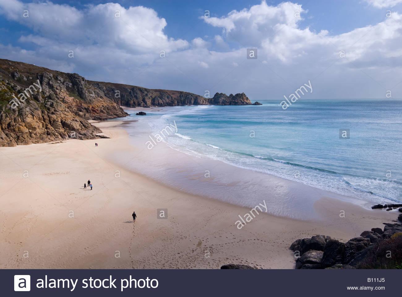 La gente sulla spiaggia al Porthcurno, West Cornwall, Inghilterra, Regno Unito. Immagini Stock