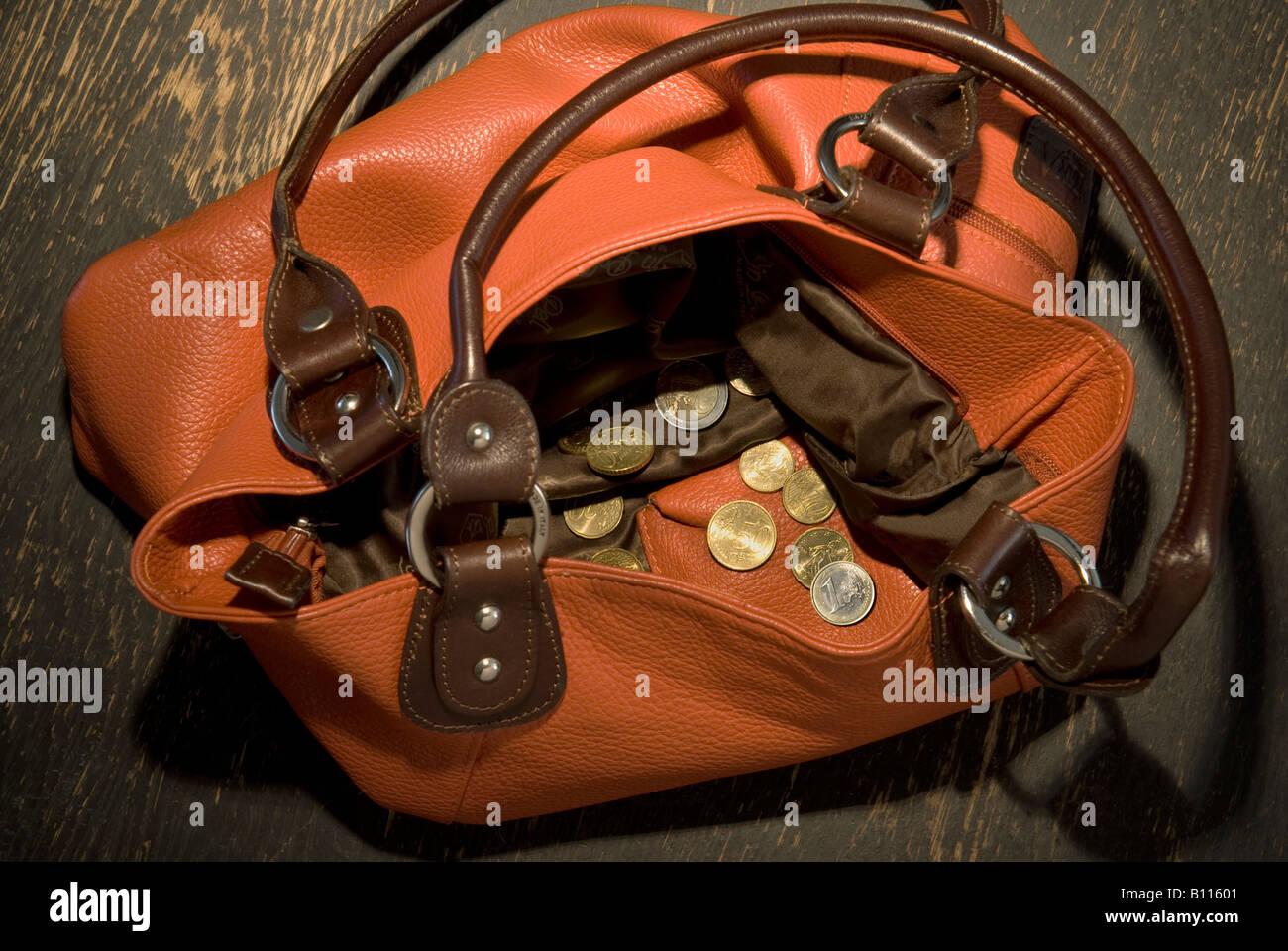 f3b3d39469 Visualizza in vuota borsa a tracolla con niente ma Monete sparse Immagini  Stock