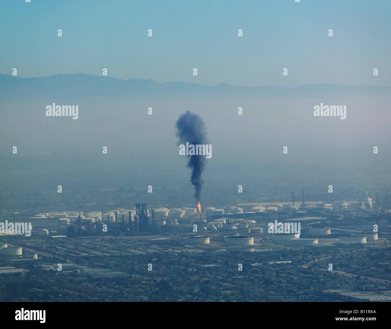 Uno strato di inquinamento atmosferico pende su Los Angeles come una lunga spiaggia raffineria rilascia particelle Immagini Stock