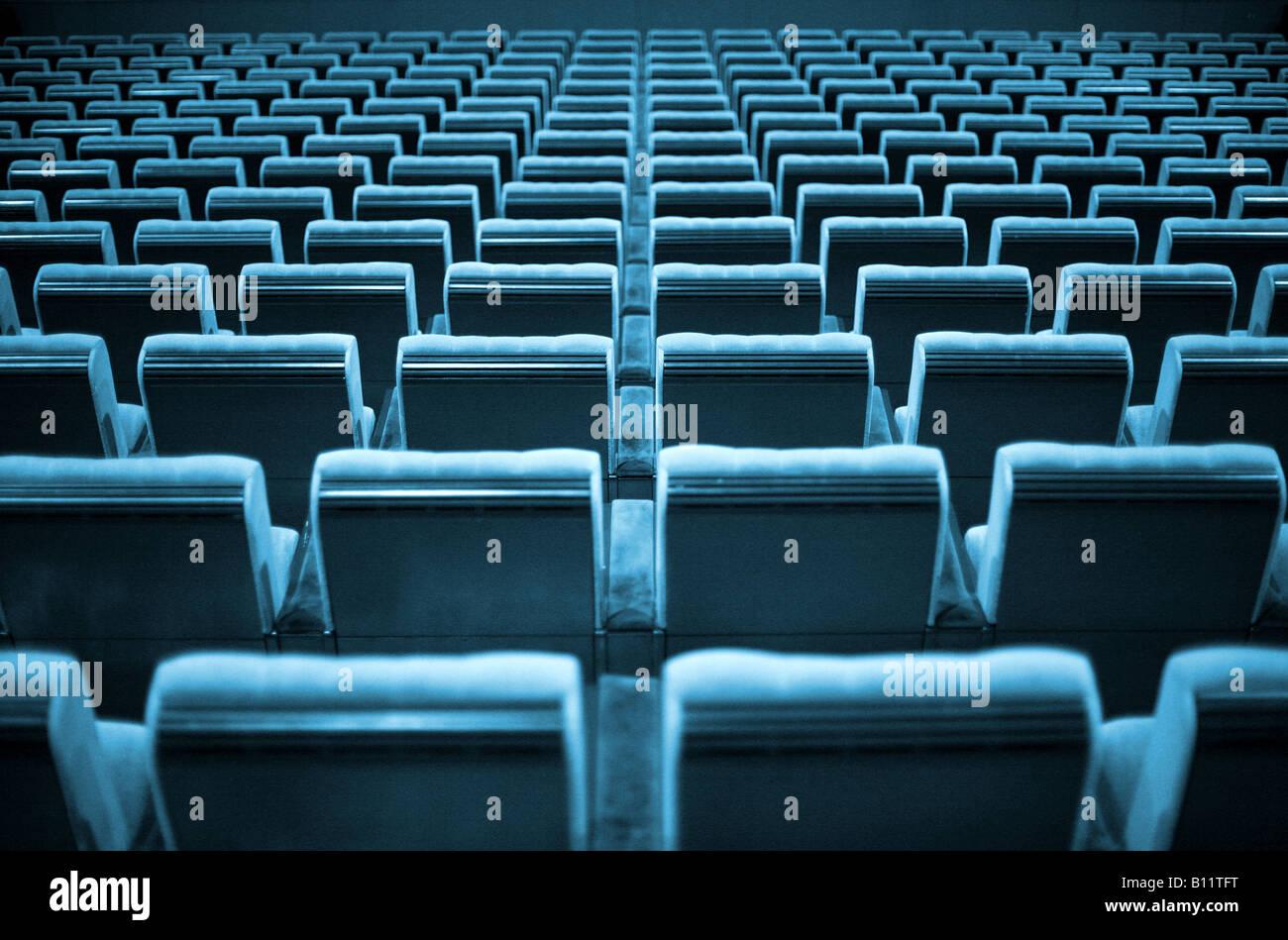 Sedie vuote al cinema o teatro. Le tonalità blu. Immagini Stock