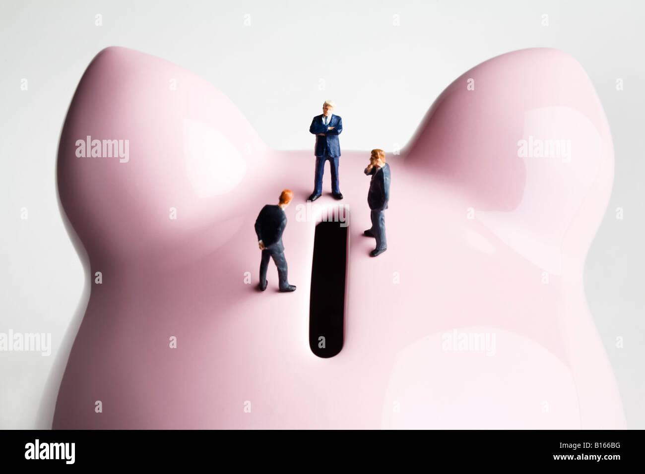 Imprenditore figurine in piedi su un salvadanaio Immagini Stock