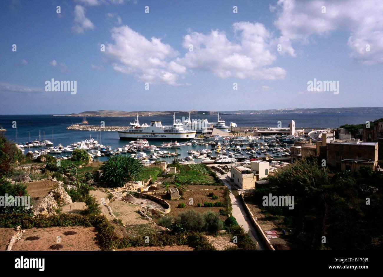 Ott 7, 2007 - Vista di Gozo Mgarr harbour con le isole di Comino e Malta all'indietro. Immagini Stock