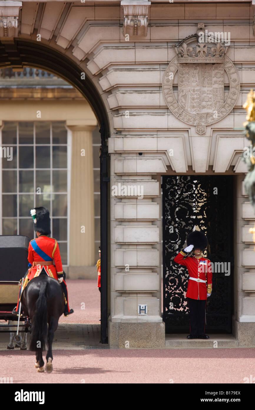 Prove generali per il Trooping dei colori cerimonia in Londra, il Principe Carlo è salutato al suo ritorno Immagini Stock