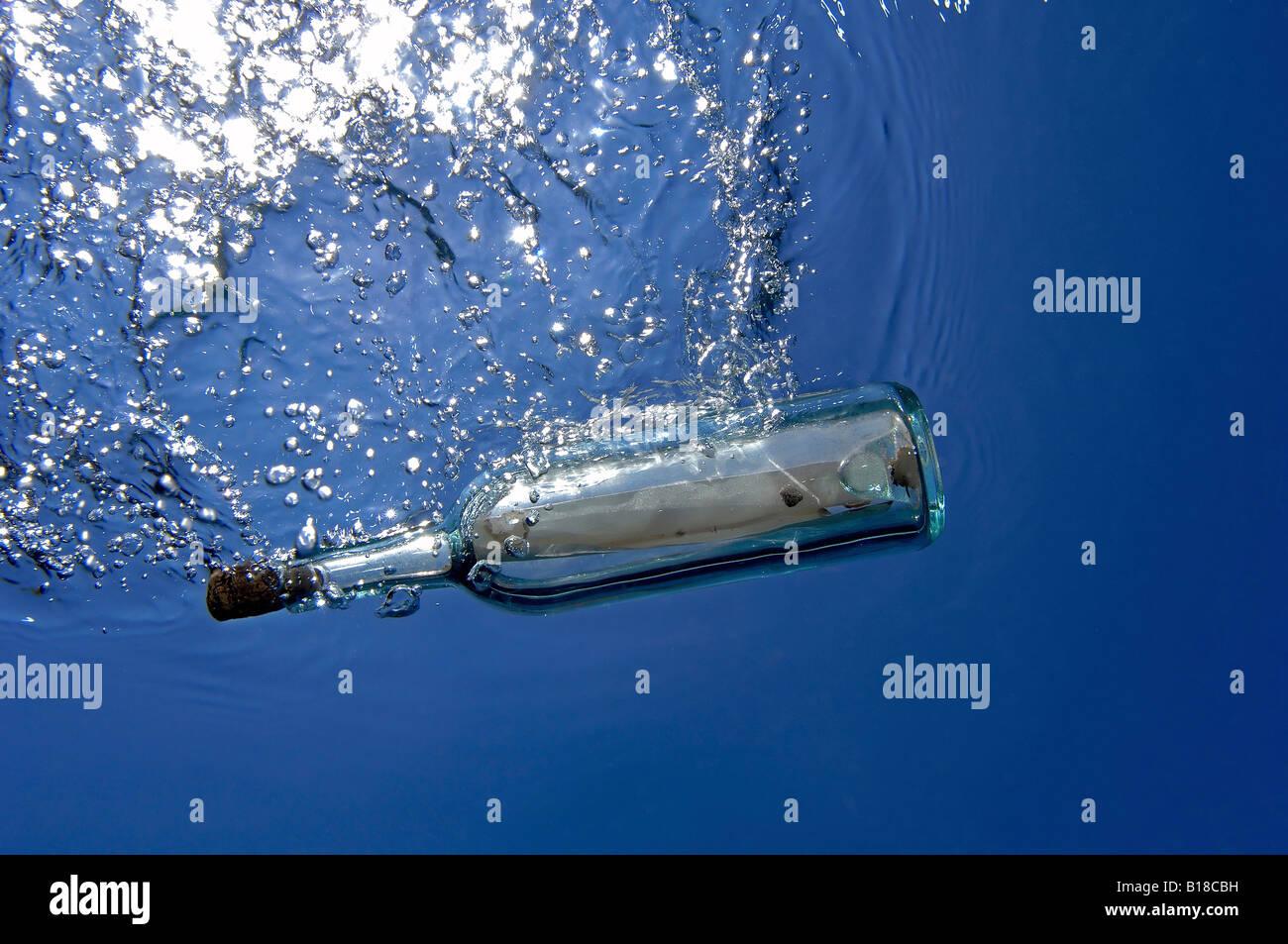 Bottiglia con i messaggi Immagini Stock