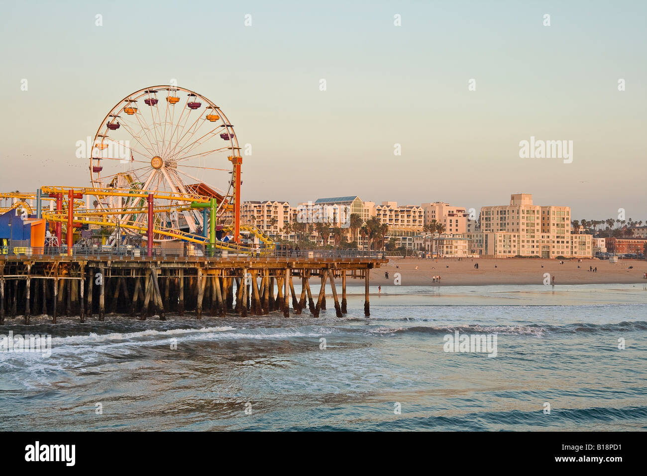 Santa Monica Pier e la spiaggia con la ruota panoramica Ferris, Santa Monica, California, Stati Uniti d'America. Foto Stock