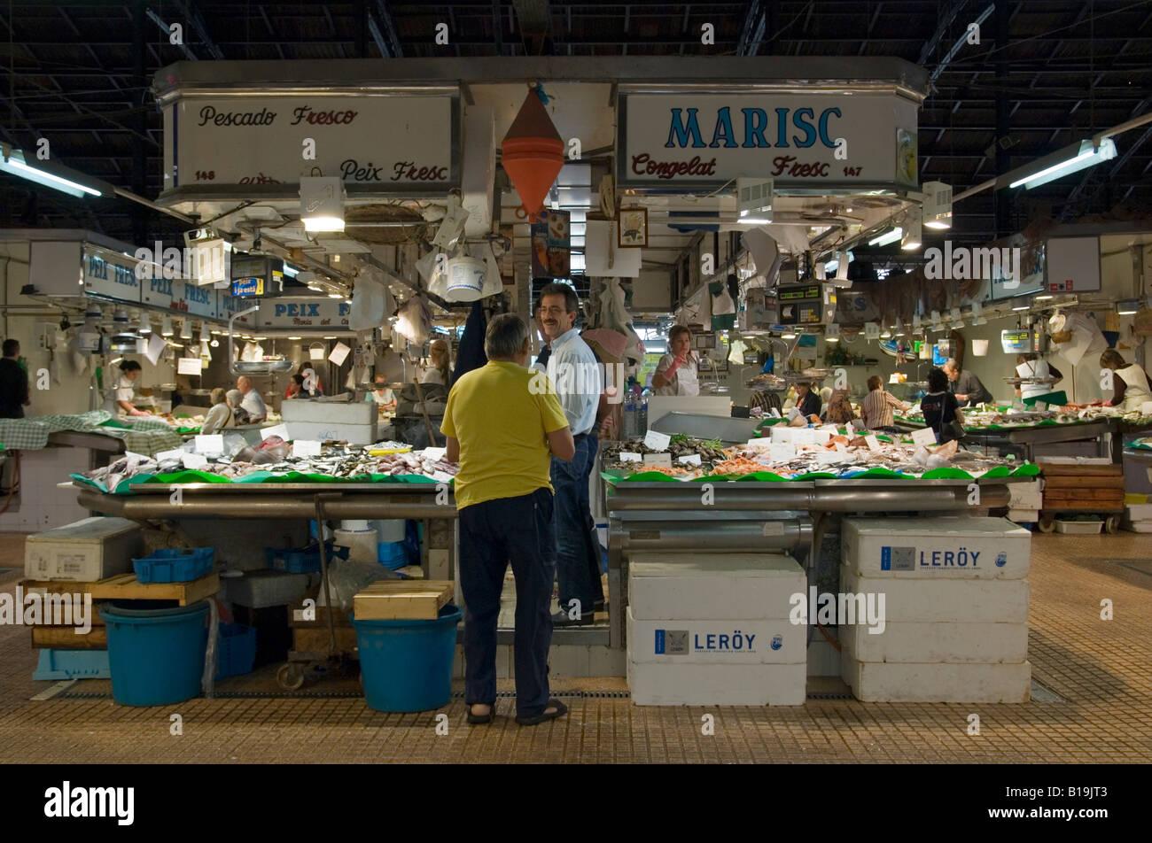 Un cliente di un pesce fresco in stallo il mercato del pesce la sezione del Mercat de l'Abaceria Central, Gracia, Immagini Stock