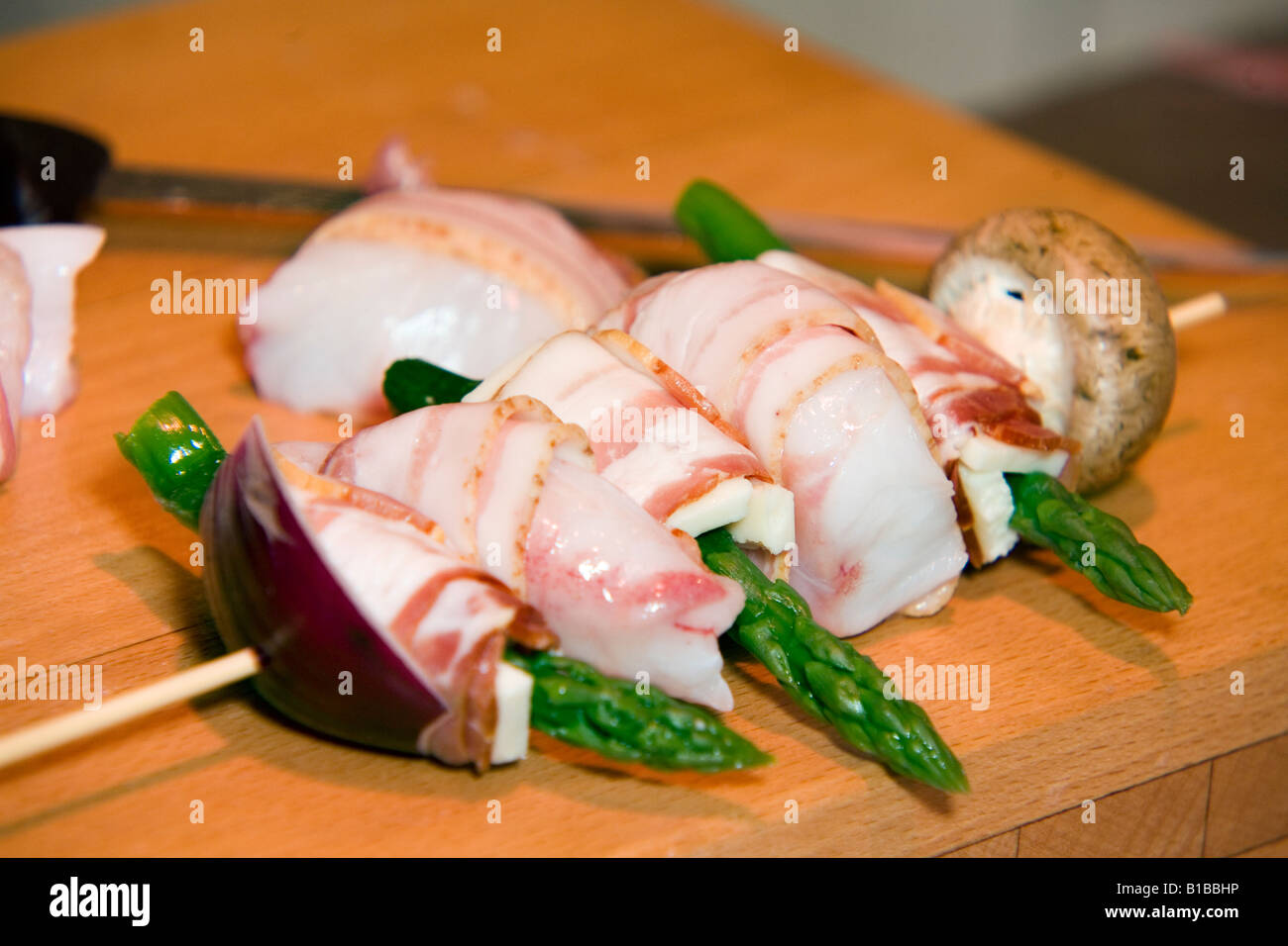 Spiedino di baccalà con carne e formaggio e asparagi avvolto