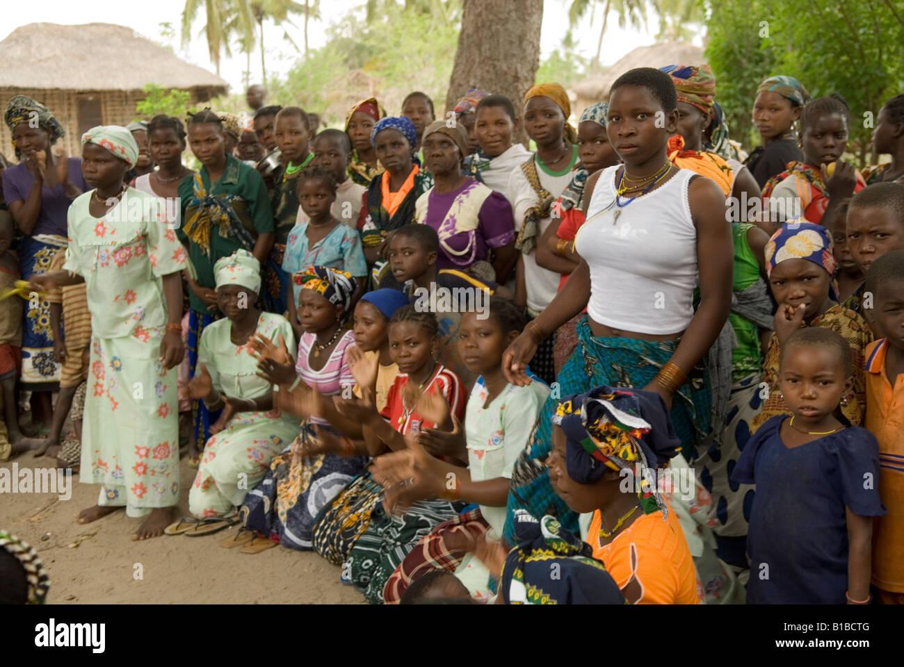 Villaggio In DelgadoMozambico Un Gli Femmina Cabo Abitanti Di DW9IEH2