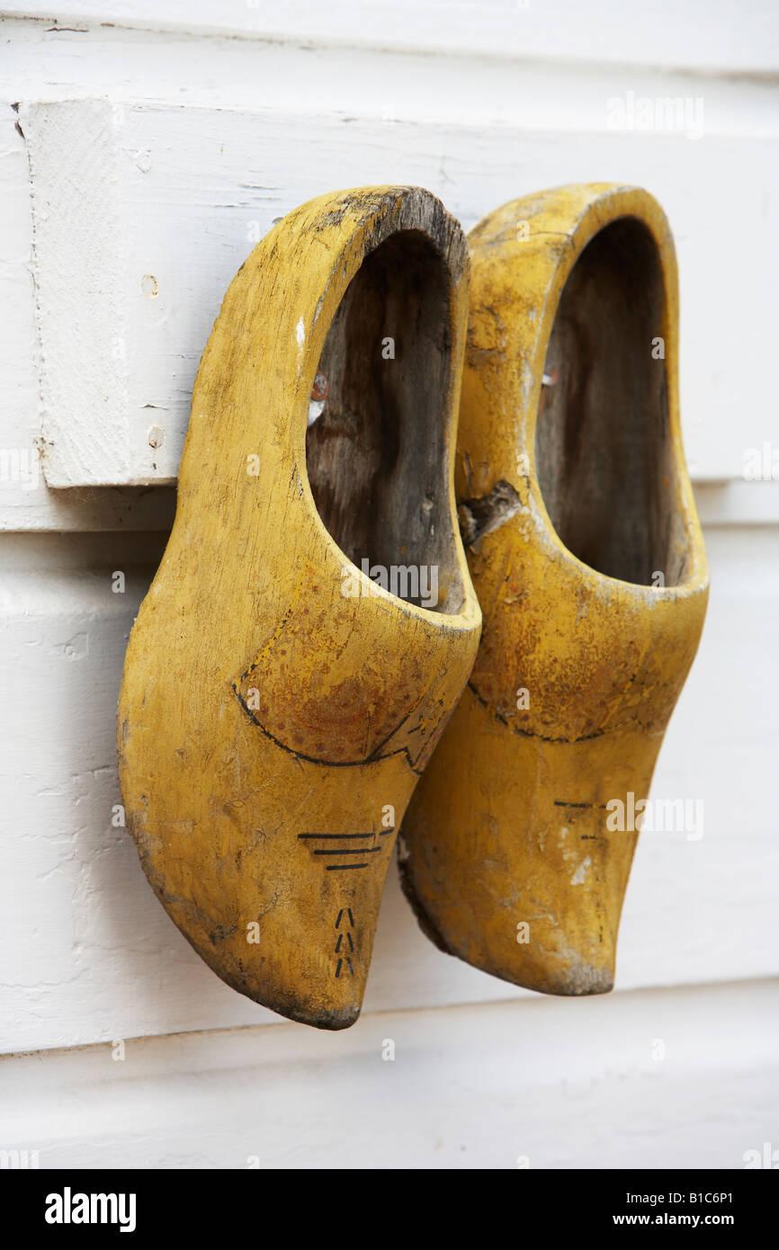 design senza tempo 7a62b a5c33 Olandese di zoccoli di legno appeso sulla scheda meteo house ...