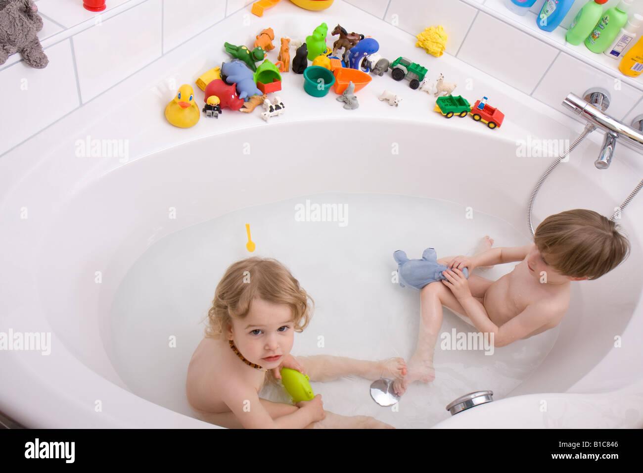 Vasca Da Bagno Bambini : I bambini a giocare nella vasca da bagno foto & immagine stock