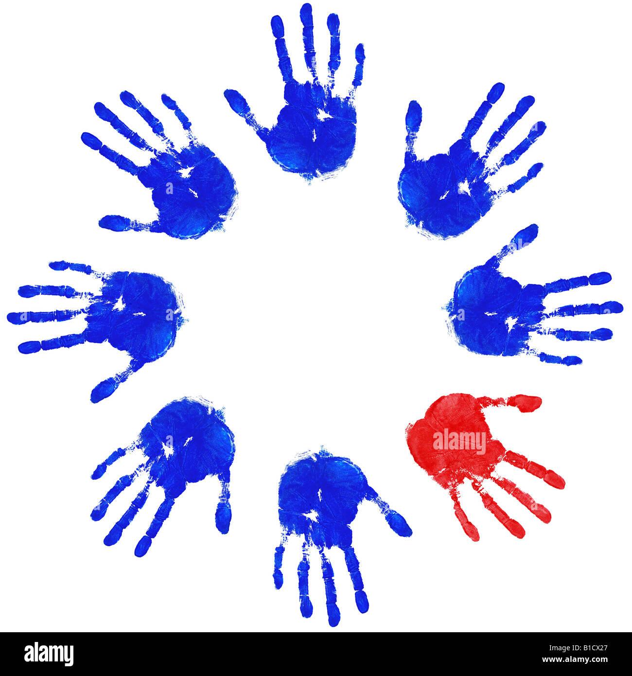 Immagini di handprints blu con un rosso dispari uno dei concetti di lavoro di squadra di equità e diversità Immagini Stock