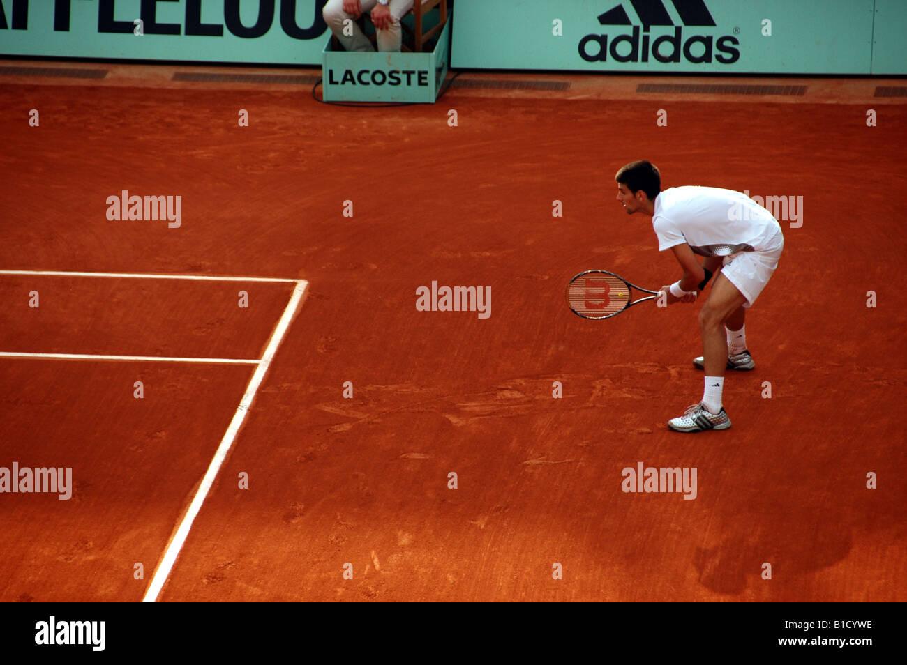 Novak Djokovic in attesa di tornare da servire a Rolland Garros durante il 2008 Open di Francia di tennis tournament Foto Stock