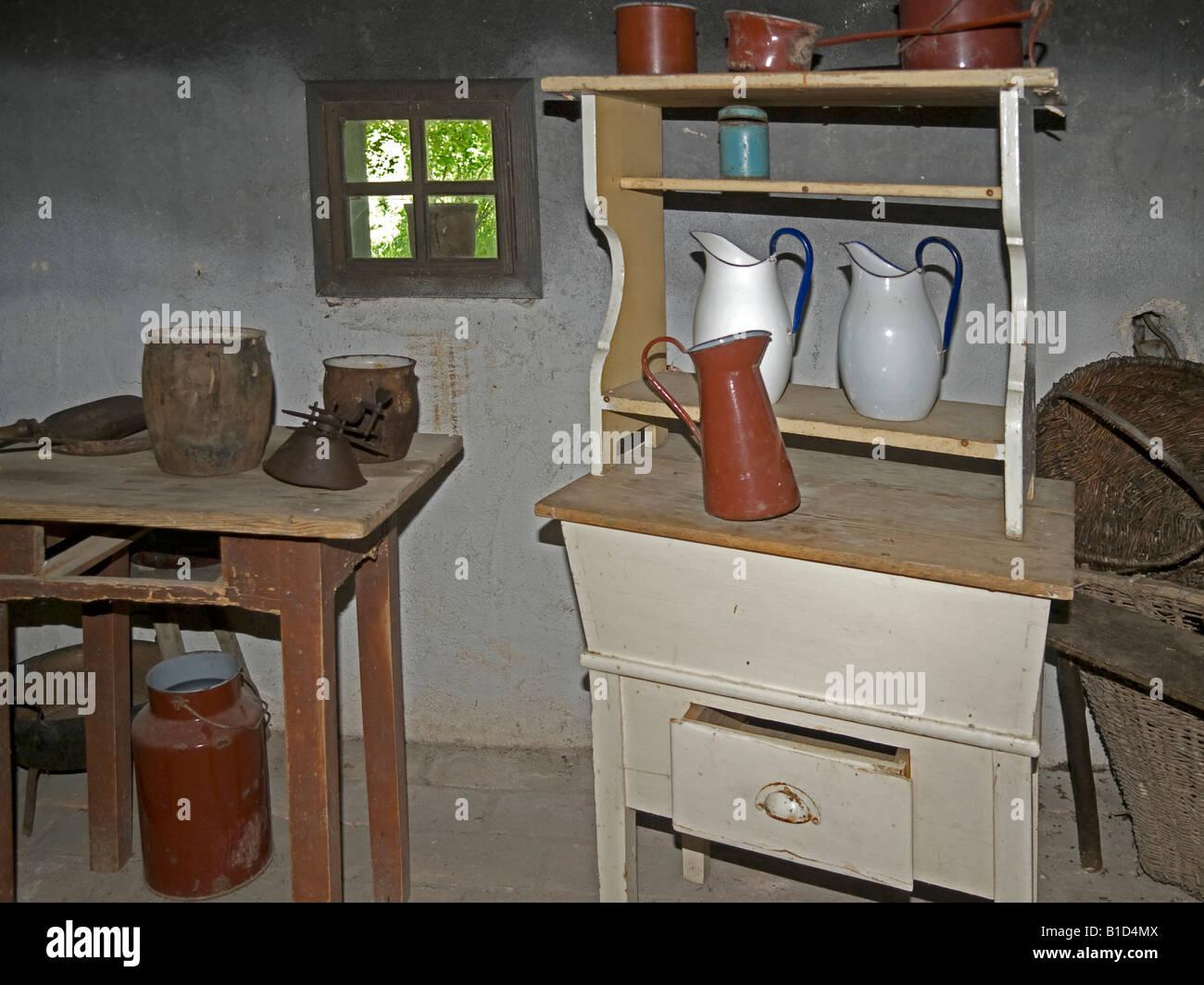 Credenza Con Tavolo : Vista interna di una vecchia cucina in un cottage fattoria sala con