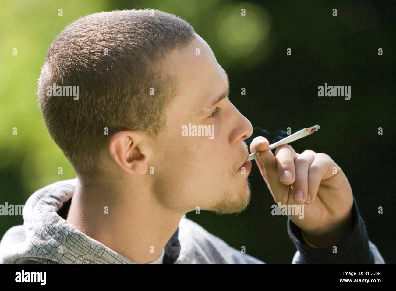 Giovane uomo Sigaretta fumare al di fuori Immagini Stock