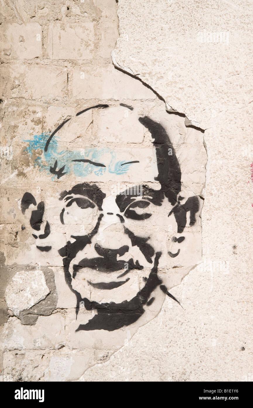 Israele Tel Aviv Graffiti del Mahatma Gandhi su un vecchio fatiscente muro rotto Immagini Stock