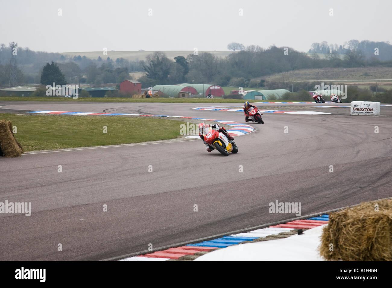 Gary Johnson in sella a una Honda nella Superstock 1000 pratica conduce i concorrenti attraverso la chicane a Thruxton, Foto Stock