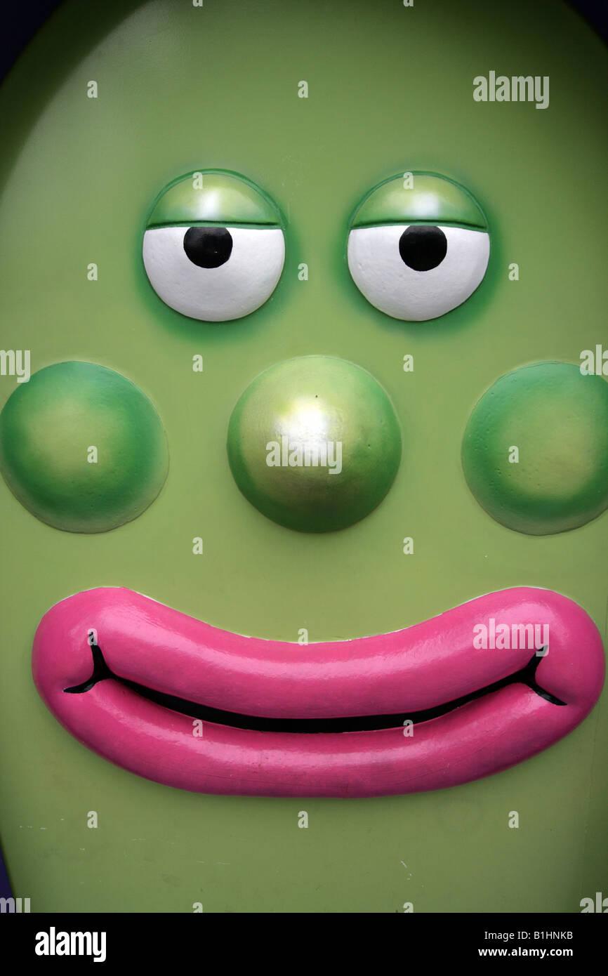 Verde a forma di uovo cartoni animati con labbra rosa e verde le
