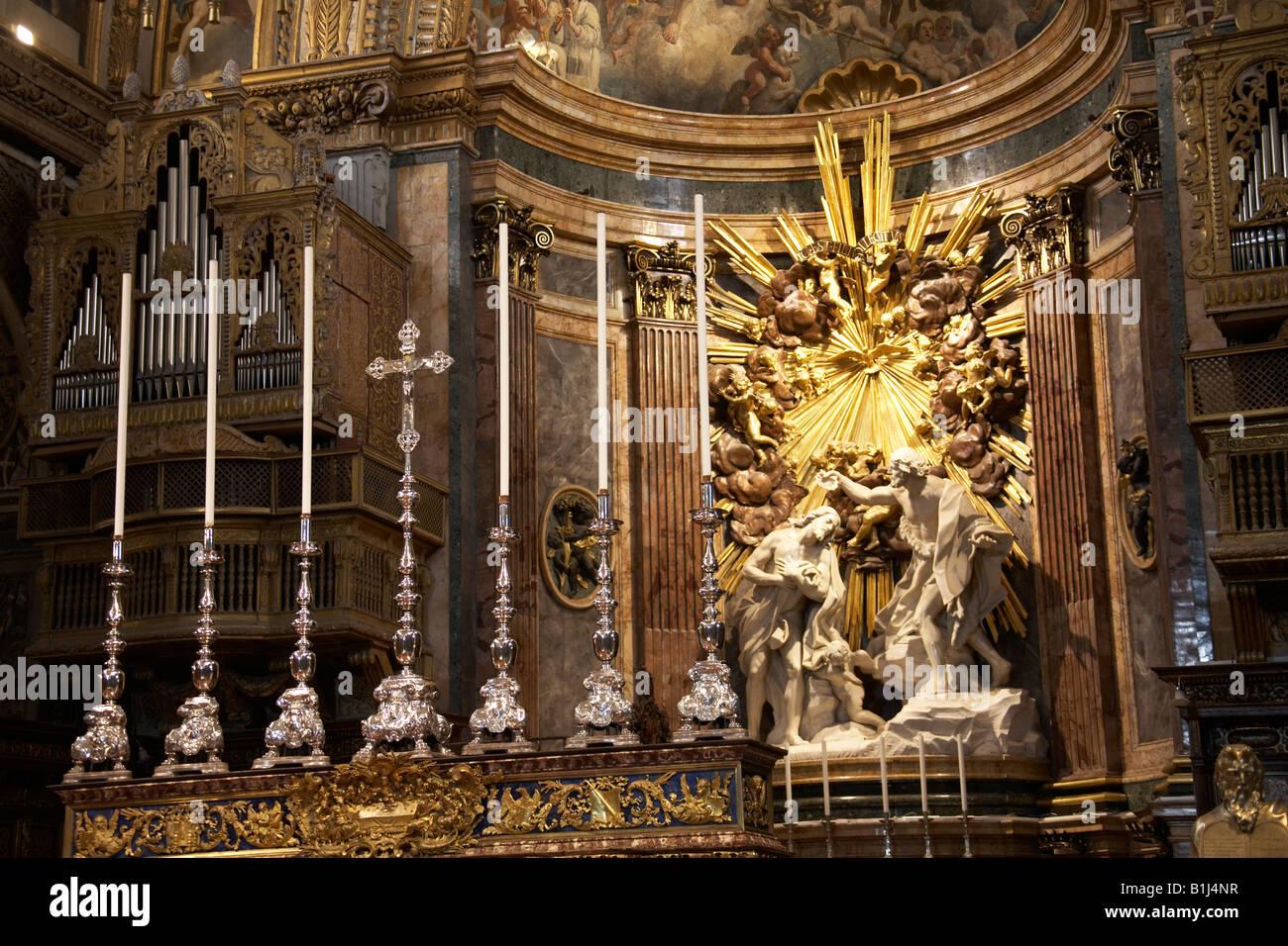 Altare con candele e con i religiosi arte scultura decorazione nell interno della St Johns Co cattedrale a La Valletta Immagini Stock
