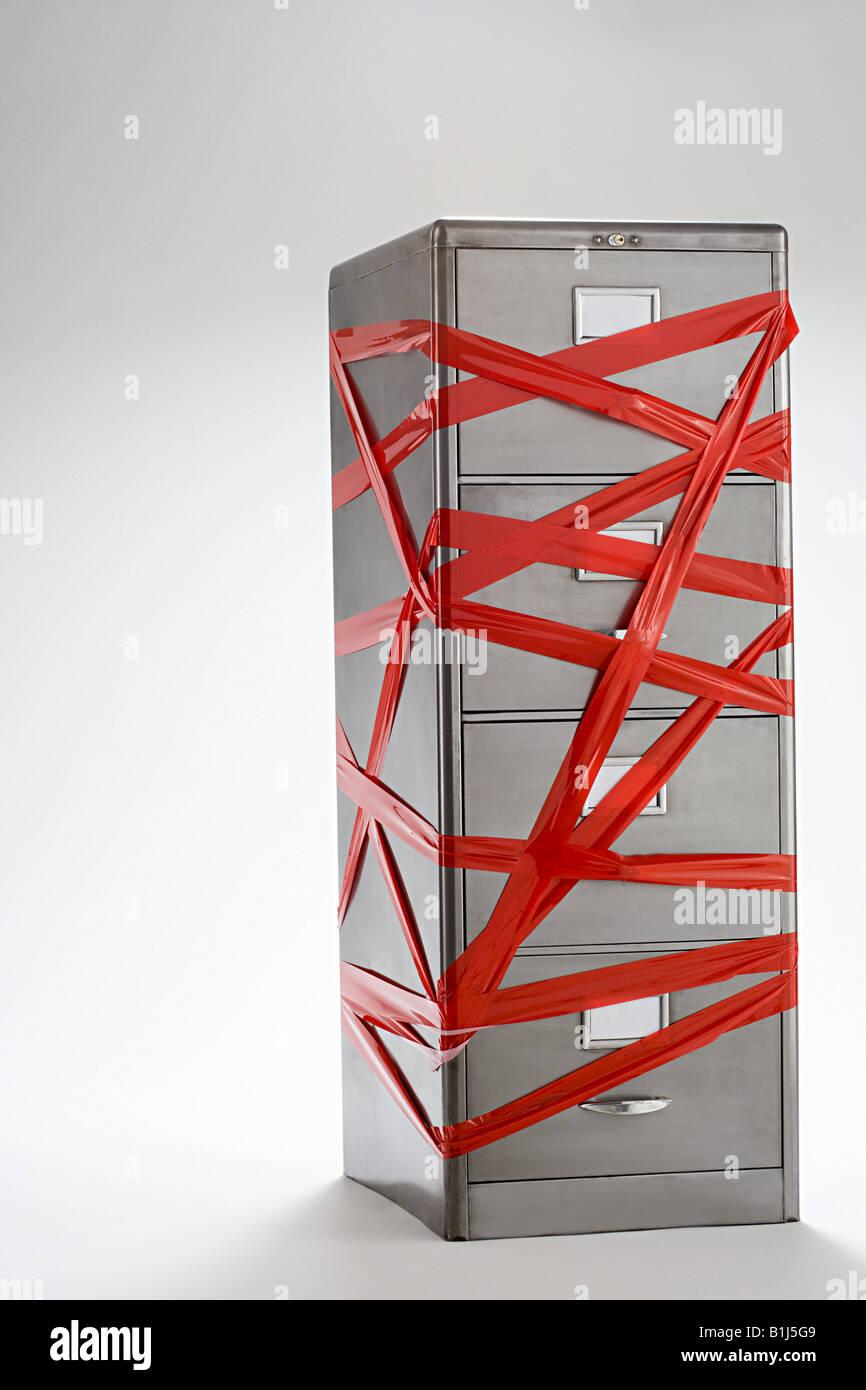 Nastro rosso su Filing cabinet Immagini Stock