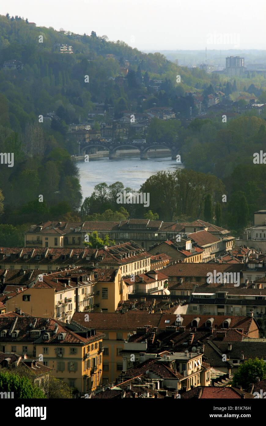 La città di Torino, Piemonte, Italia, con il fiume Po in esecuzione attraverso di esso. Foto Stock
