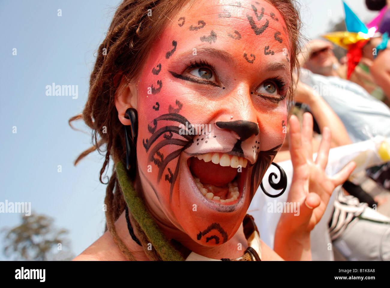 Una giovane donna che indossa il cat-come trucco che si presentano come un gatto, ritratto Foto Stock