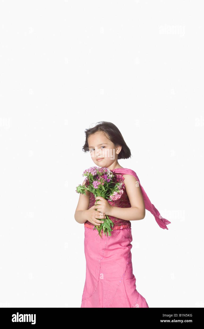 Ritratto di una ragazza con un mazzo di fiori Immagini Stock