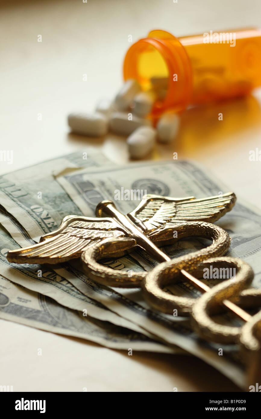 Caro concetto di medicina caduceo su di noi le fatture del dollaro Immagini Stock