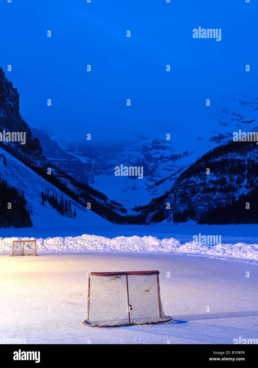 Canada Alberta Banff National Park Lake Louise pista di pattinaggio su ghiaccio con reti di hockey sul lago ghiacciato Immagini Stock