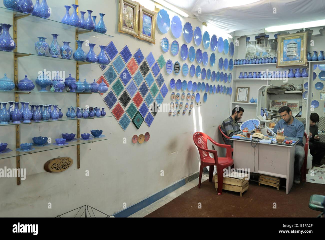 La pittura tradizionale di piatti e vasi all'interno di un negozio Esfahan Iran Immagini Stock