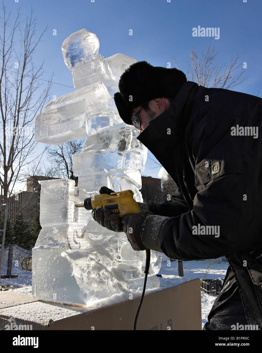 Foratura di cristallo: Quebec scultore Daniel Gaudreault utilizza un trapano per fare alcuni importanti segni di Immagini Stock