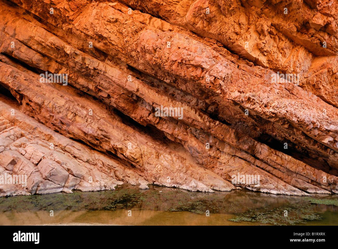 Strutturato in diagonale la stratificazione di roccia, strati, Simpsons Gap, West MacDonnell Ranges, Territorio Immagini Stock