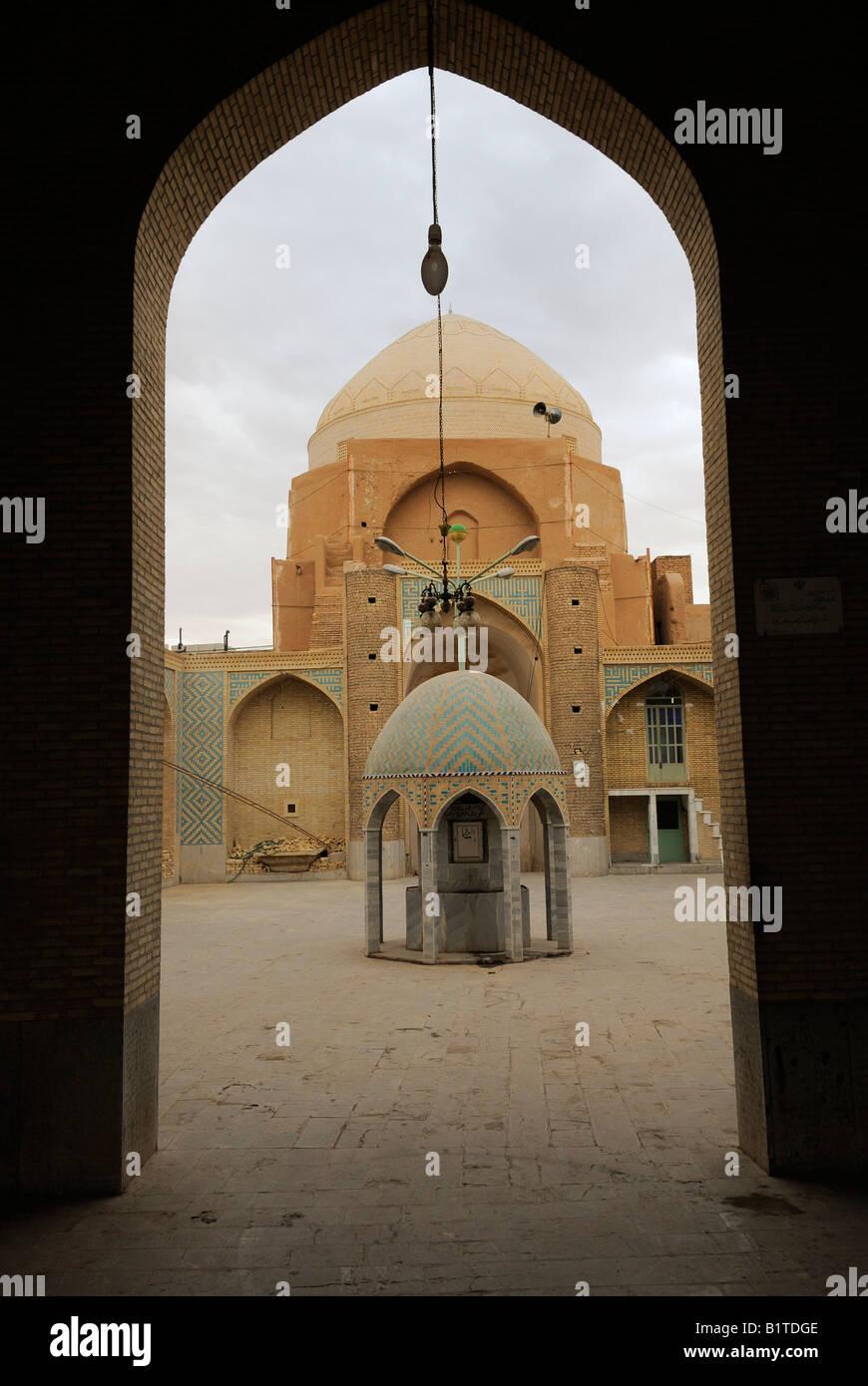 Una vista di un cortile interno a una moschea con cupola e architettonico piastrellato turchine punto di acqua in Immagini Stock