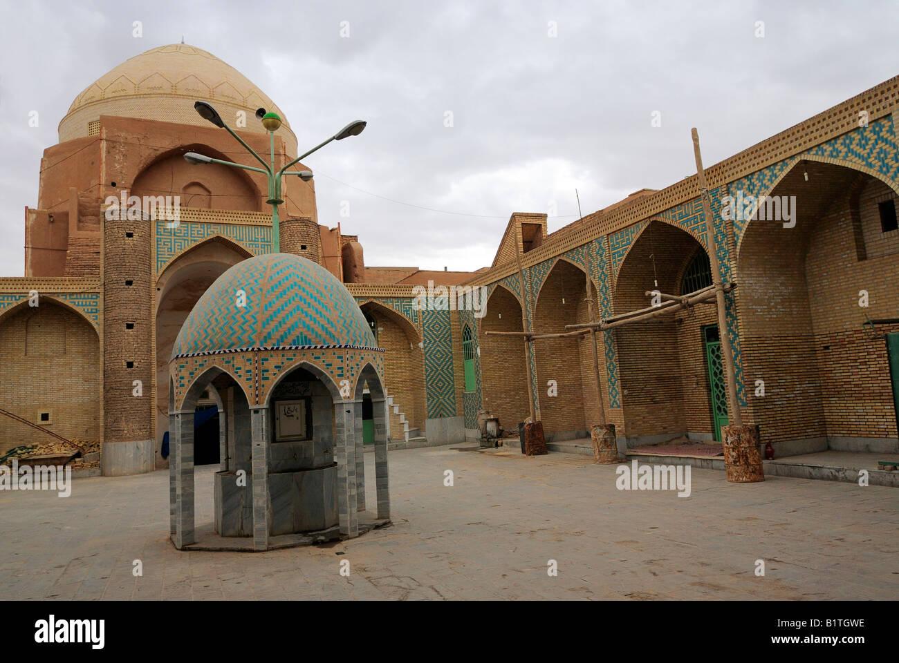 Una vista di un cortile interno a una moschea con cupola e architettonico piastrellato turchine punto di acqua in Foto Stock
