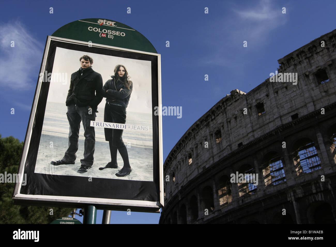 Colosseo Metro/bus stop in Roma, Italia. Con il Colosseo in background. Corse ATAC di Roma il sistema di trasporto Immagini Stock
