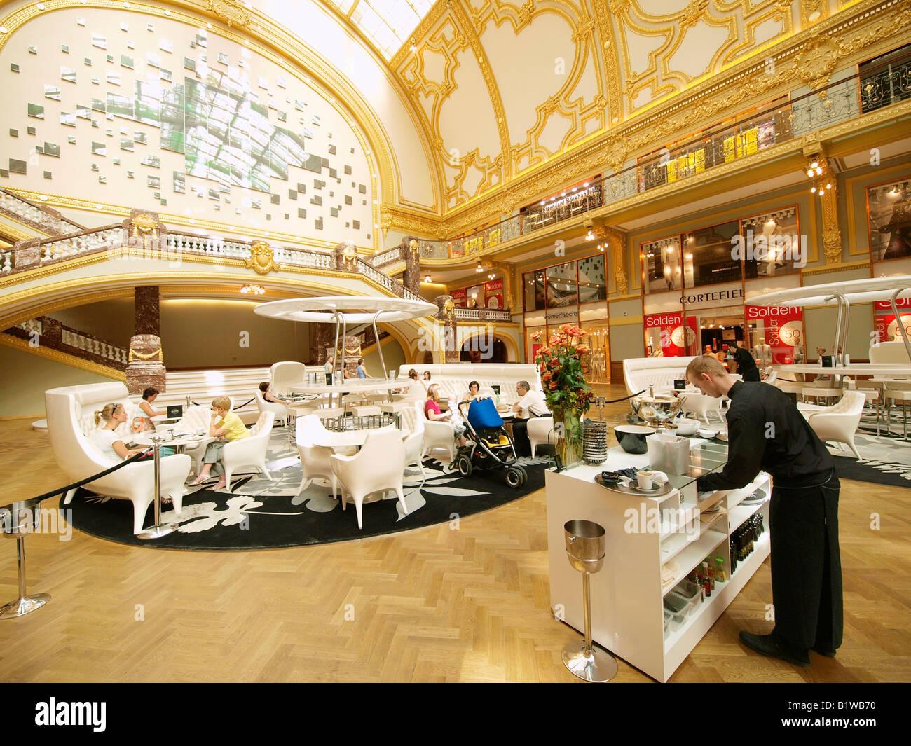 Stadsfeestzaal interno un famoso shopping Anversa hotspot con area bar e lounge Meir Anversa Fiandre Belgio Foto Stock