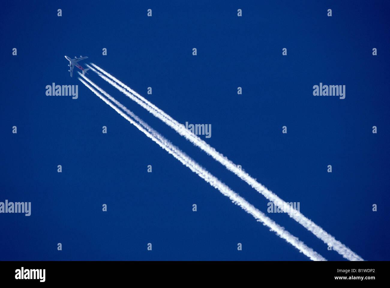 Getto di vapore con il sentiero delle emissioni di biossido di carbonio trace de la condensazione d onu avion Jet Immagini Stock