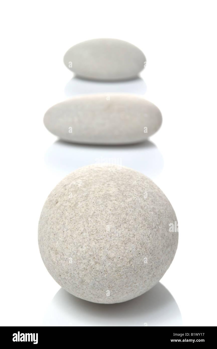 Tre ciottoli bianchi focus sulla parte anteriore pebble isolato su uno sfondo bianco Foto Stock