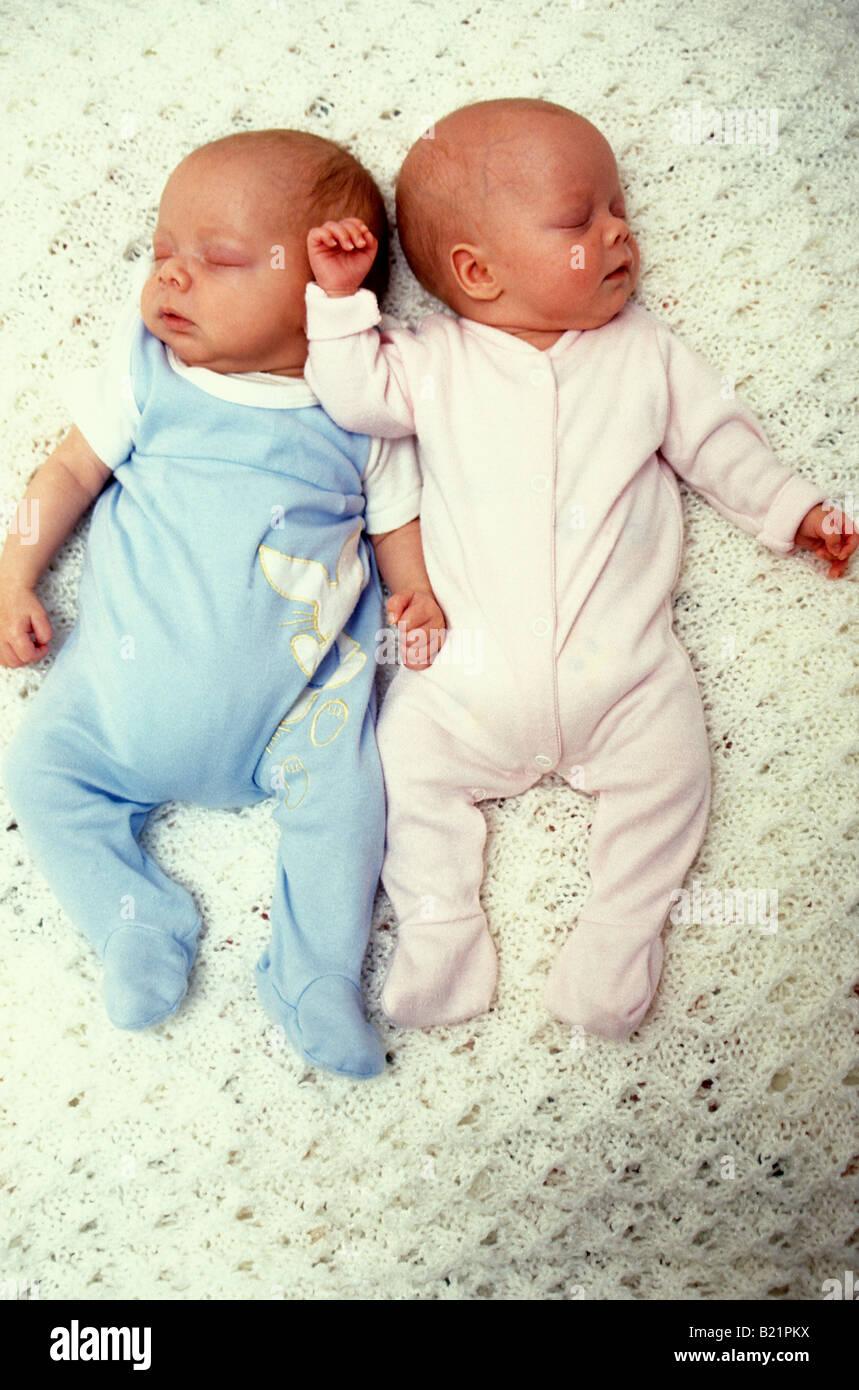 Il Neonato Non Uguali Maschio E Femmina Twin Neonati Foto