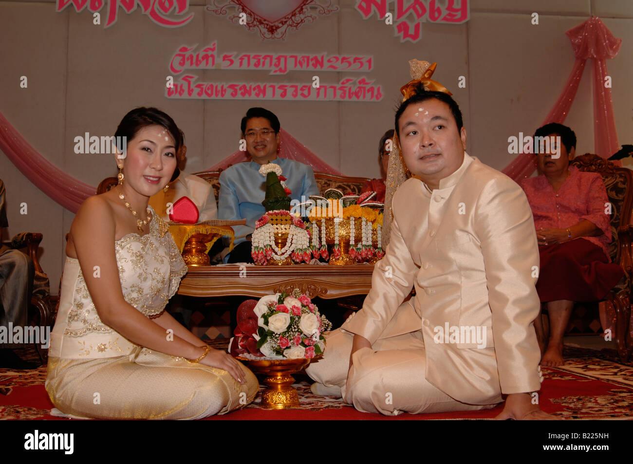 d7ee04545983 Sposa e lo sposo in tailandese tradizionale abito cerimonia di nozze ...