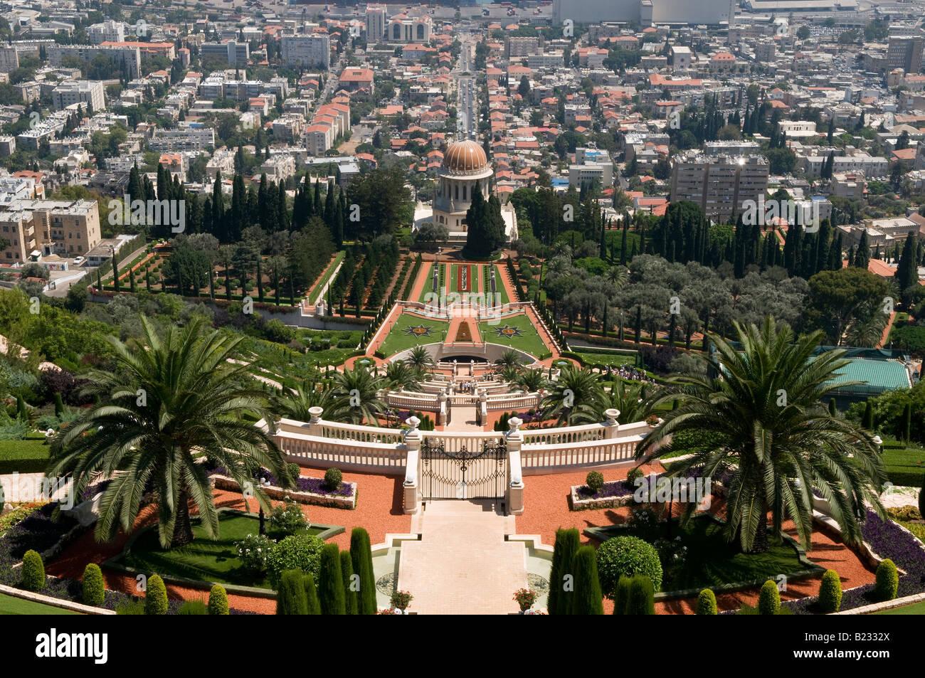 Una vista generale dei giardini terrazzati e il santuario del bab ...
