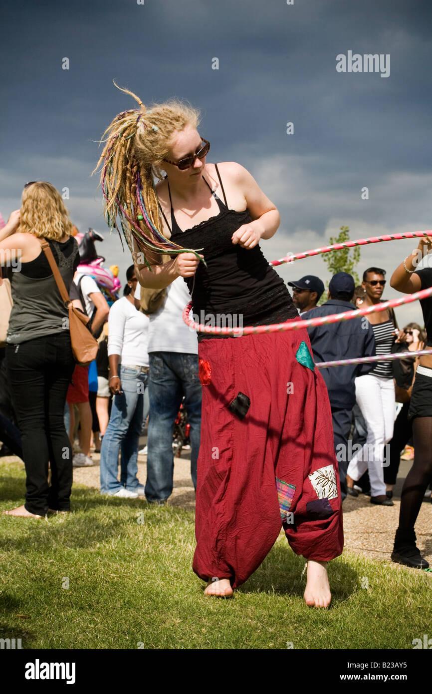 Giovane donna giocando con hula hoop a salire festival di Finsbury park Londra Inghilterra Gran Bretagna Regno Unito Immagini Stock