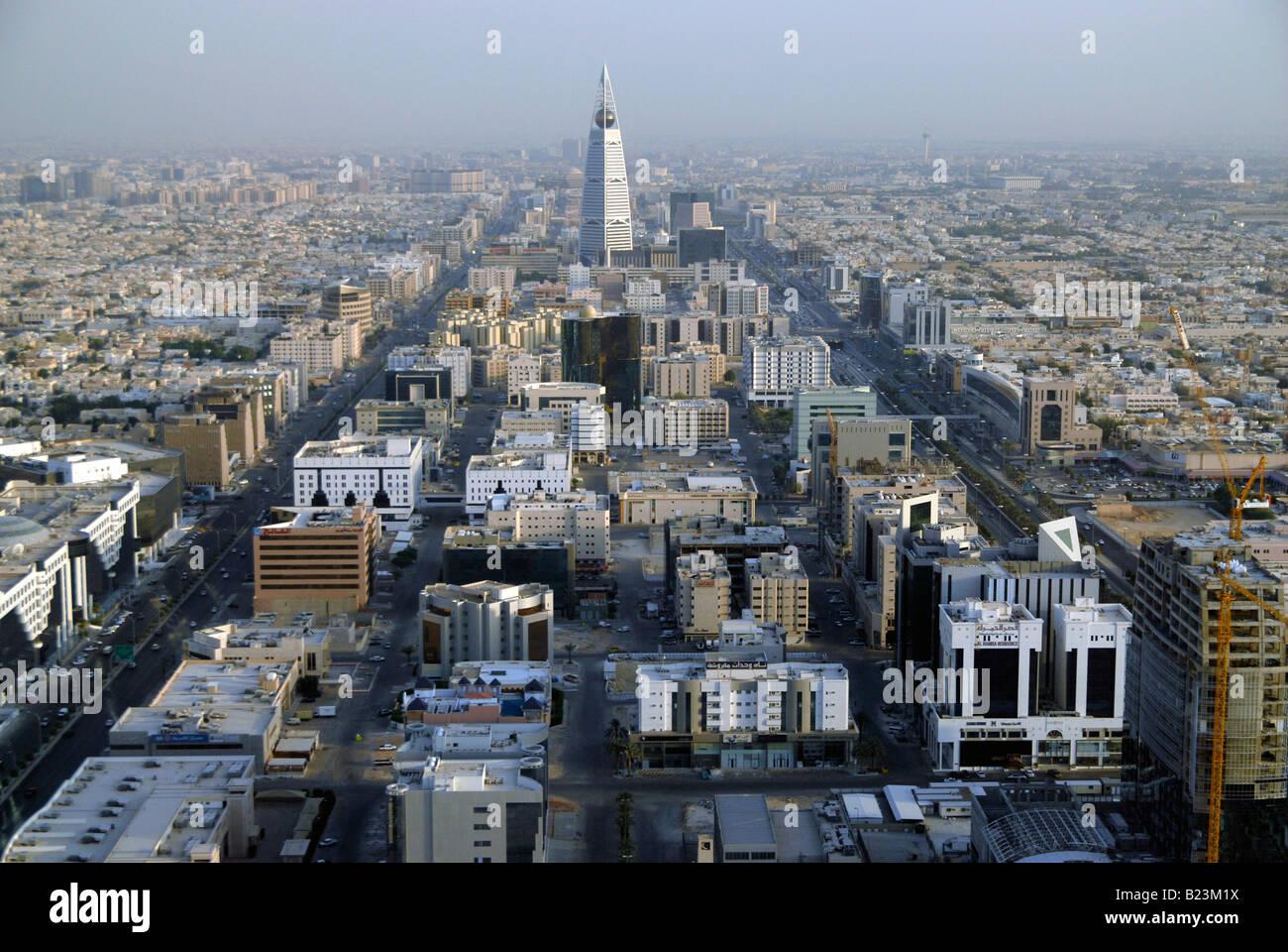 Vista su Riyadh con Al Faisaliah torre che domina lo skyline, Arabia Saudita Immagini Stock