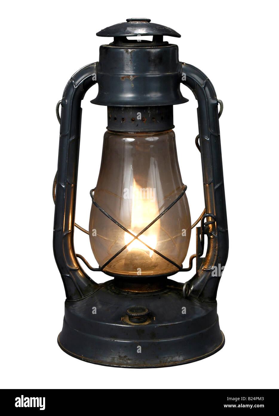 Accesa antiquariato lampada olio isolate su uno sfondo bianco Immagini Stock