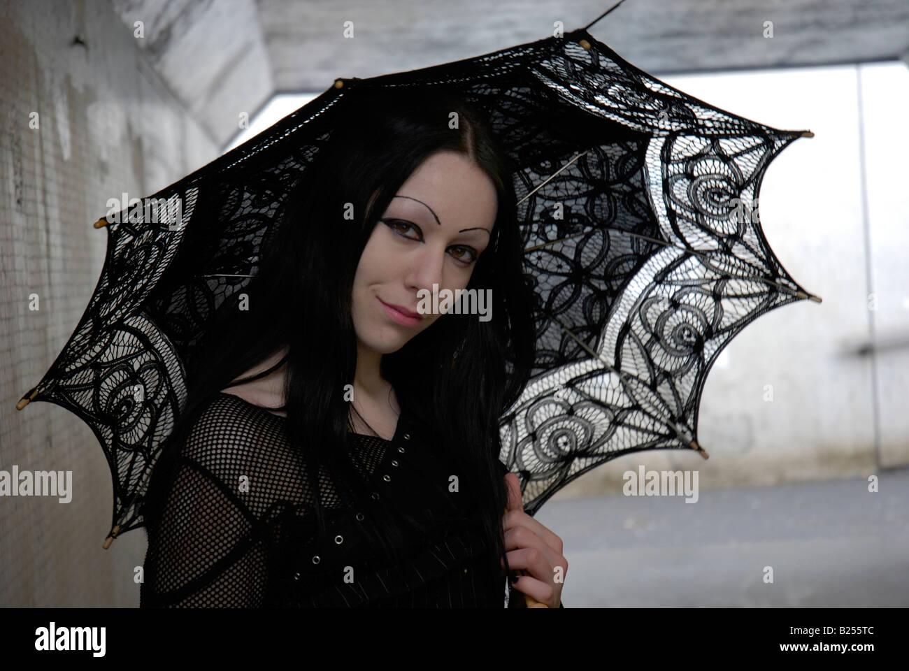 Ritratto di una giovane donna goth in un sottopasso urbano Immagini Stock