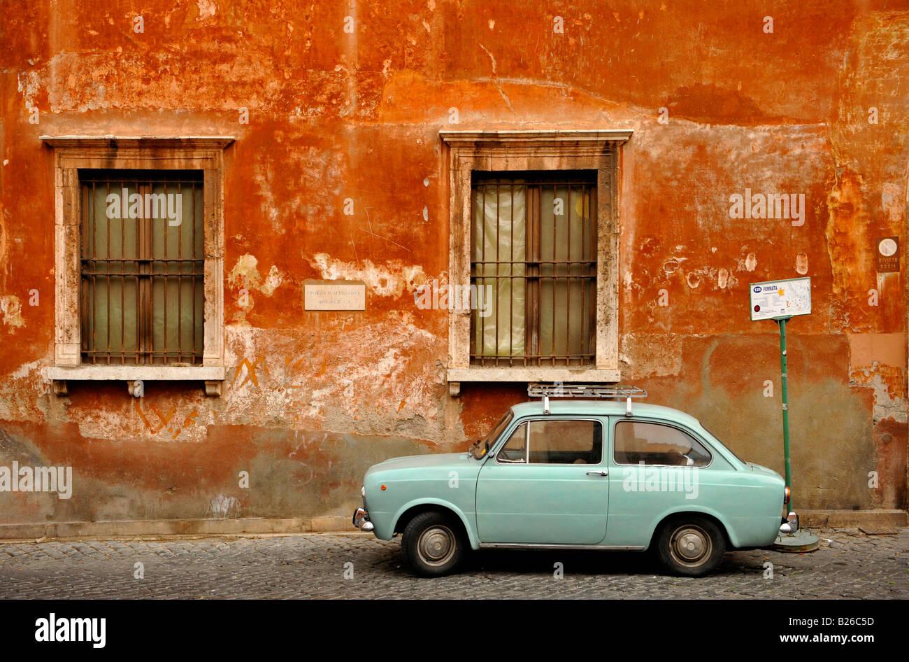 Parete di casa con una Fiat 850 davanti, Trastevere, Roma, Italia Foto Stock