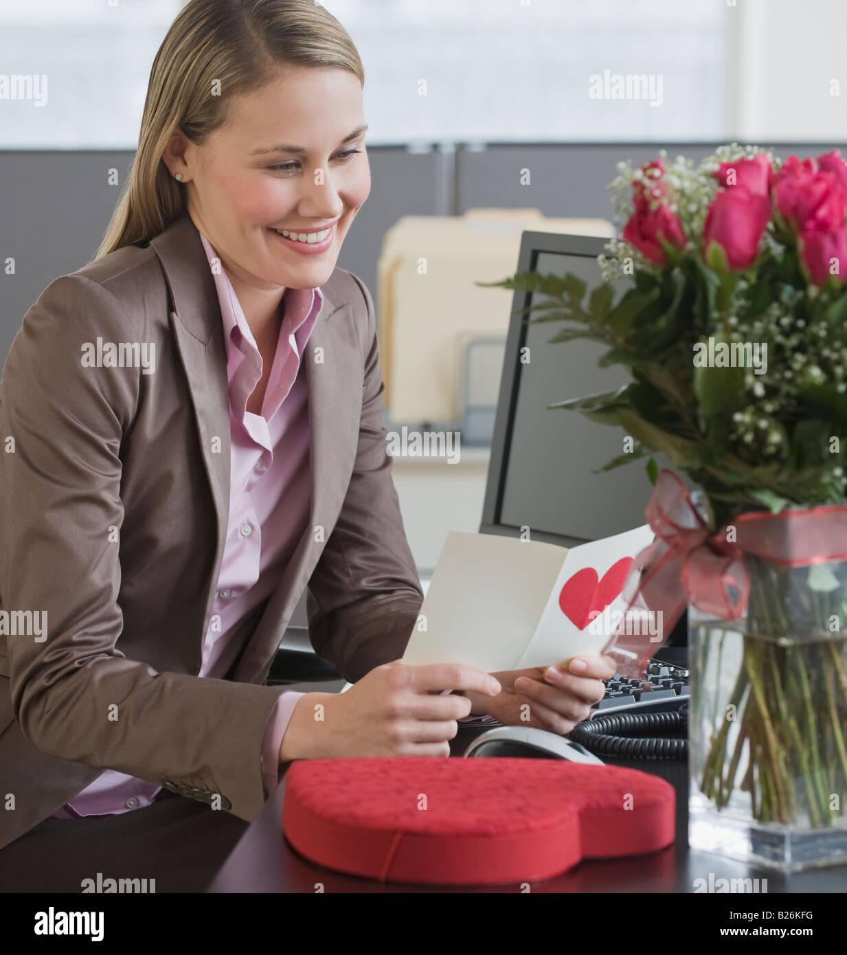 Imprenditrice leggendo il giorno di San Valentino card Foto Stock