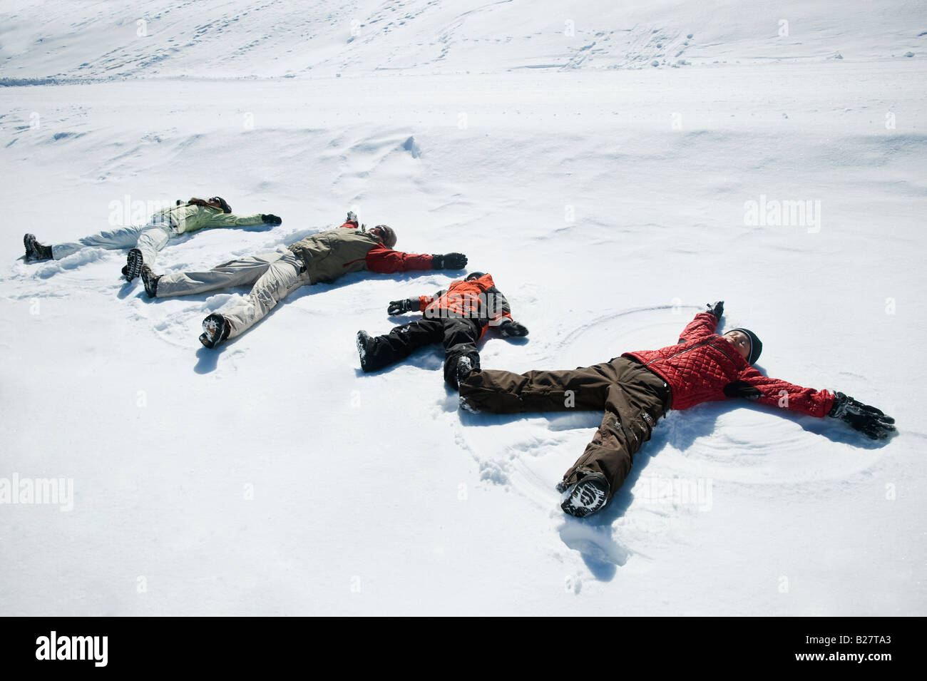 Famiglia rendendo gli angeli di neve Immagini Stock