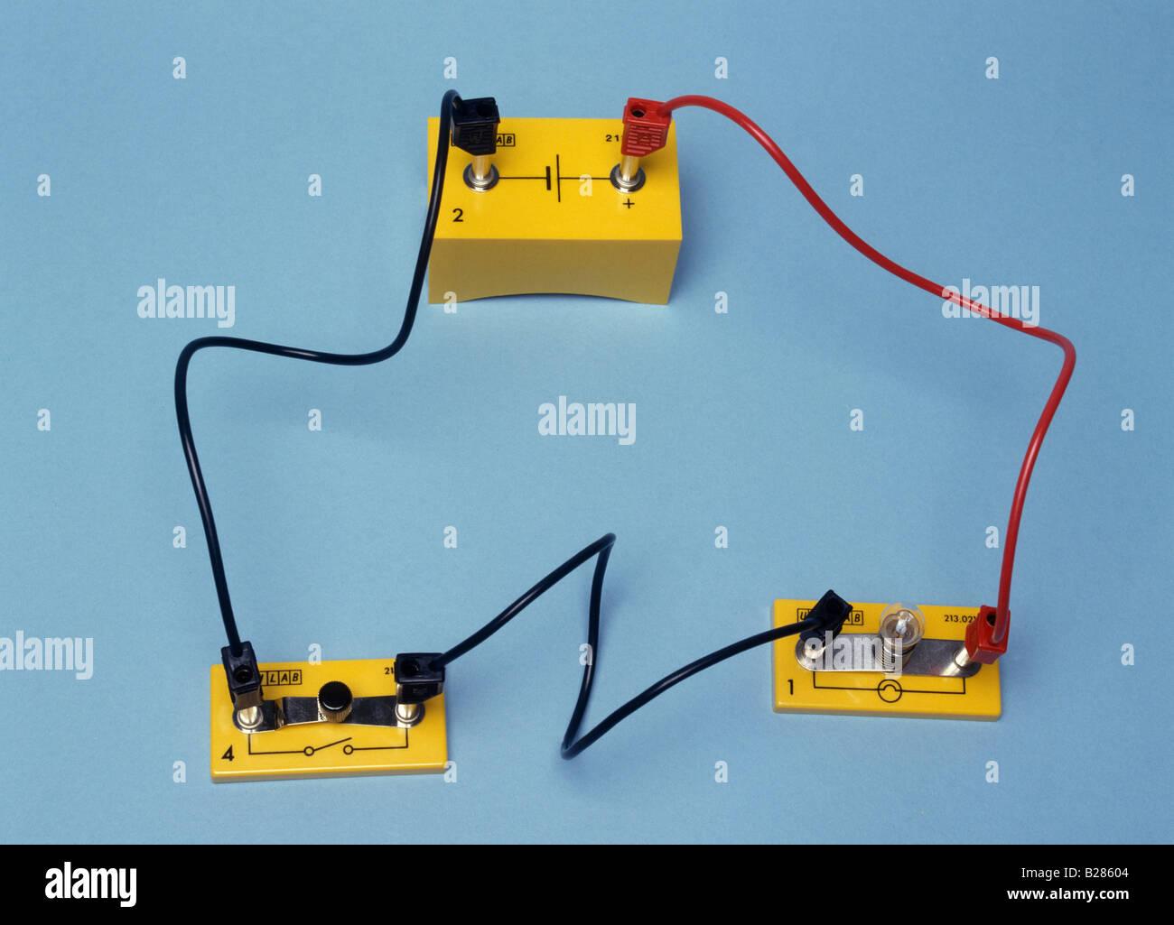 Un circuito contenente una cella da un interruttore e da una lampada Immagini Stock