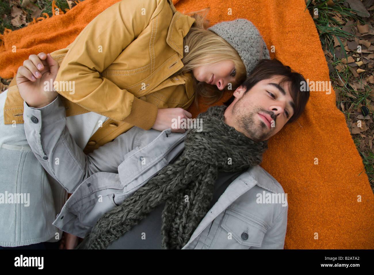 Coppia giovane relax su una coperta in posizione di parcheggio Immagini Stock