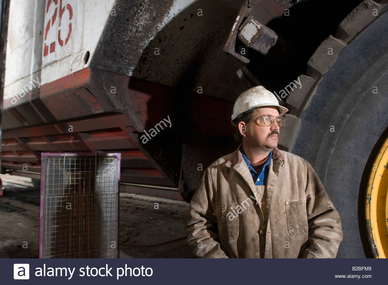 Collare blu lavoratore in piedi nella parte anteriore del carrello di grandi dimensioni Immagini Stock